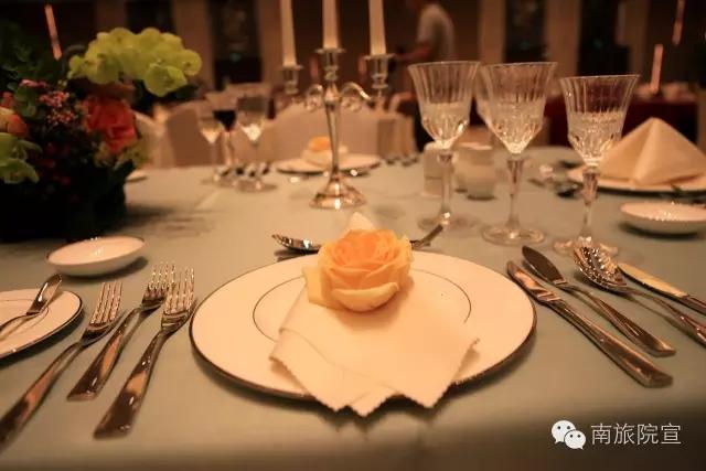 调酒服务为辅,包括四项内容,即西餐宴会摆台,菜单制作,英语台面设计