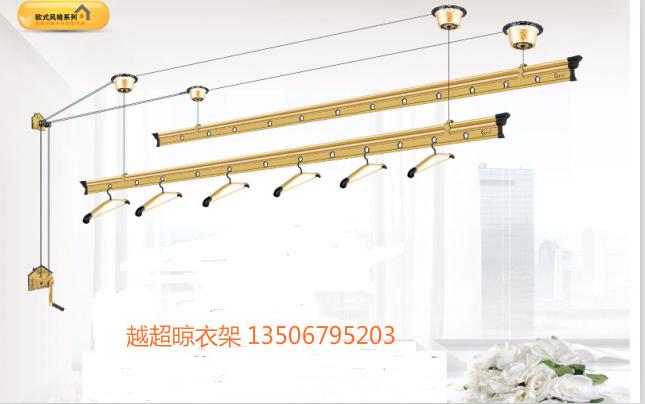 现在晾衣架一般都是升降式的,其安装点是四个顶座滑轮,一个转角器,一个手摇器,他们是需要固定在顶棚墙体上的。四个顶座滑轮的安装原则在同一平面上,中间不能有障碍物,以免影响钢丝绳的滑动,顶棚平面与安装手摇器的墙体需成直角,这样才能保证钢丝绳在滑动过程中始终处于滑轮的中心位置,使滑轮均匀受力正常转动。
